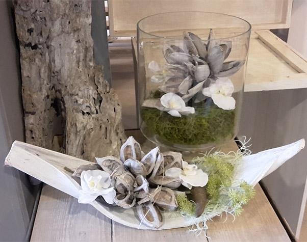 Blumengesteck in Glasvase und Schale